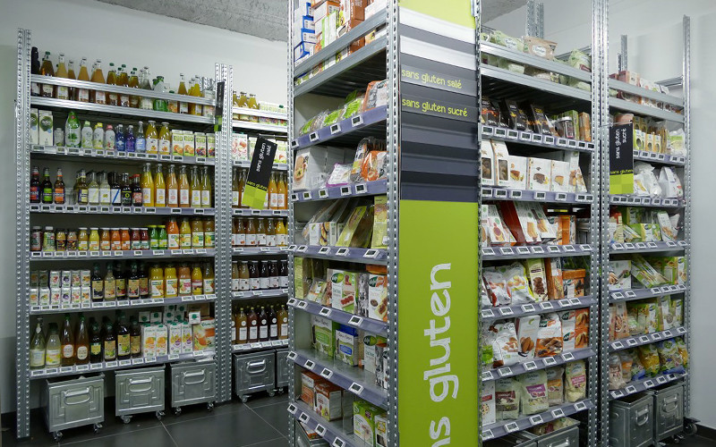 Rayonnage magasin avec caisses de stockage