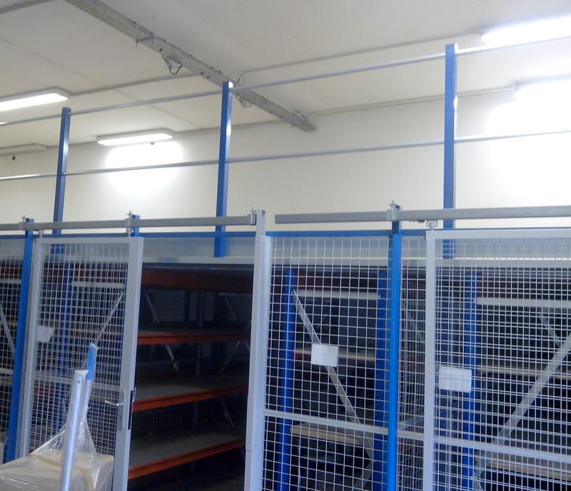 Mezzanine avec cloison grillag e cloisons pour plateforme for Plateforme mezzanine en kit