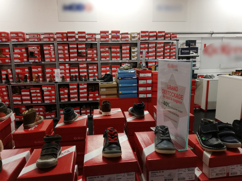 Rayonnage chaussures dans boutique